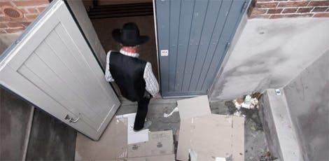 Det efterladte pap foran indgangen til Morgencafeen vidner om, at mindst én af brugerne har haft en i bogstaveligste forstand hård nat.